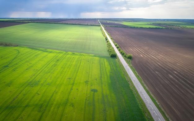 Vue aérienne des champs agricoles et de la route. climat pluvieux.