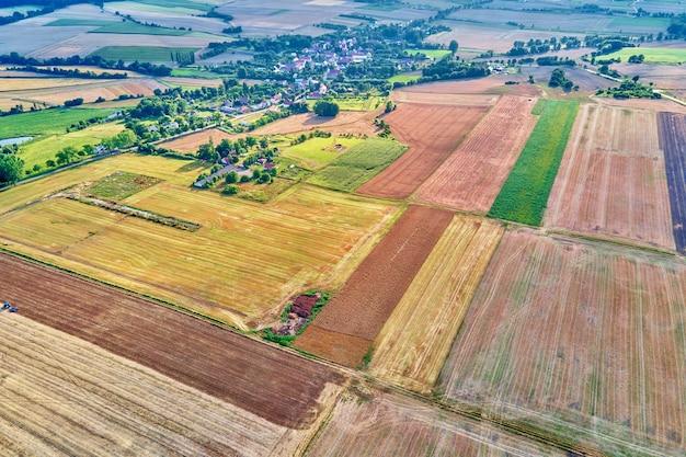 Vue aérienne des champs agricoles et verts en campagne