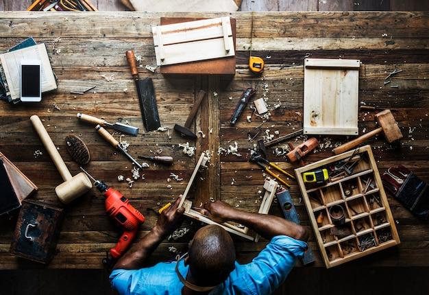 Vue aérienne, de, charpentier, homme, travailler, à, outils, équipement, ensemble