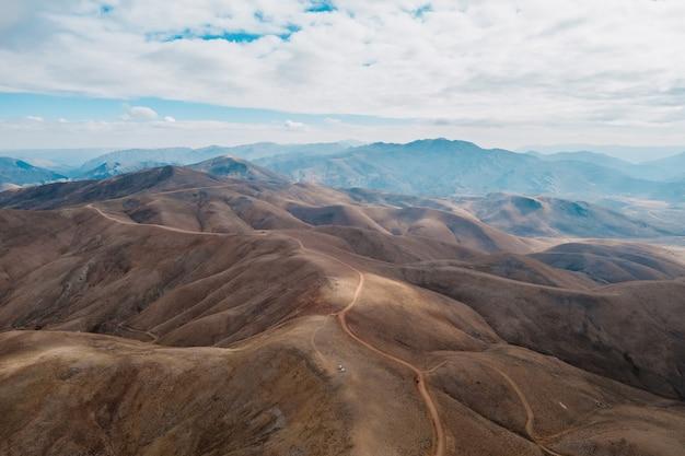 Vue aérienne d'un chemin qui monte vers les montagnes