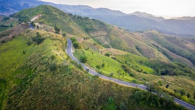 Vue aérienne des chemins de montagne route rurale entre la ville et la vallée à à doi chang chiang rai thaïlande