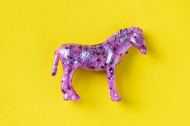Vue aérienne, de, cheval, figurine, jouet, dans, a, arrière-plan coloré