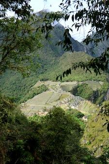 Vue aérienne de la citadelle de machu picchu vue de la montagne huayna picchu, machu picchu, cuzco, urubamba, pérou.