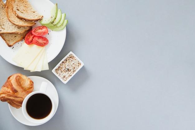 Vue aérienne de la composition saine du petit-déjeuner avec du café