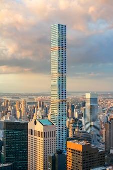 Vue aérienne de la construction du 432 park avenue, le plus haut bâtiment résidentiel du monde, à new york city
