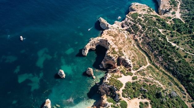 Vue aérienne de la côte de l'algarve.