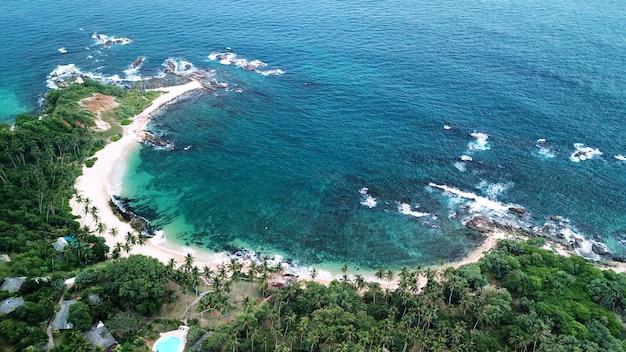 Vue aérienne de la côte sud de l'île du sri lanka
