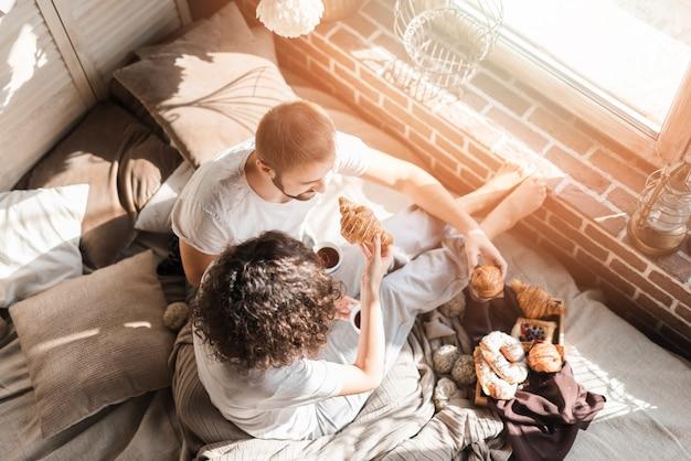 Vue aérienne, de, couple, avoir petit déjeuner sur lit