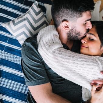 Une vue aérienne d'un couple s'embrassant