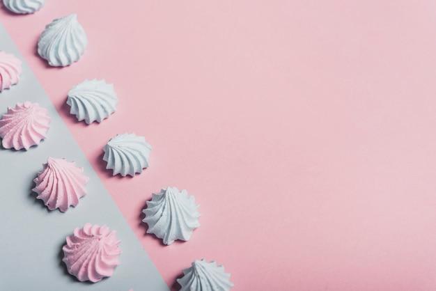 Vue aérienne de la crème fouettée contrastée sur fond double