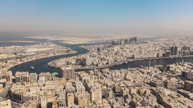 Vue aérienne de la crique de dubaï, des quartiers de bur dubaï et de deira