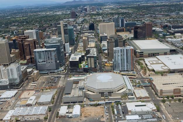 Vue aérienne de la croissance du centre-ville de phoenix en arizona à l'ouest au loin