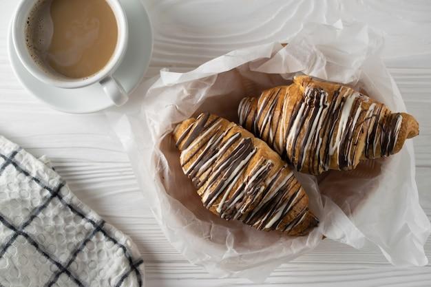 Vue aérienne de croissants fraîchement accompagnés de café