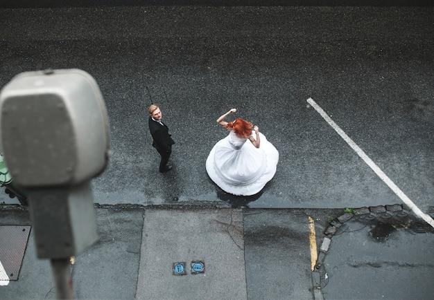 Vue aérienne de la danse de la mariée dans la rue