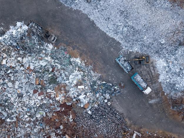 Vue aérienne de décharge avec recyclage de ferraille