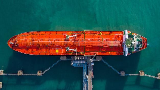 Vue aérienne de déchargement de navire-citerne au port, entreprise d'import d'import-export de pétrole avec des hydrocarbures de transport de navire-citerne de raffinerie en mer.