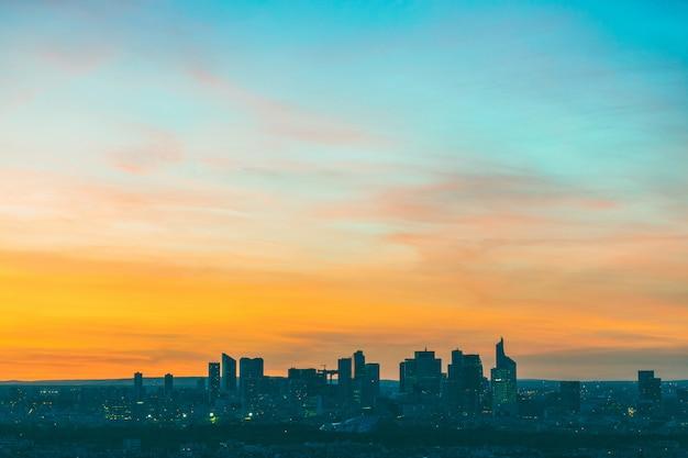 Vue aérienne de la défense à paris au coucher du soleil