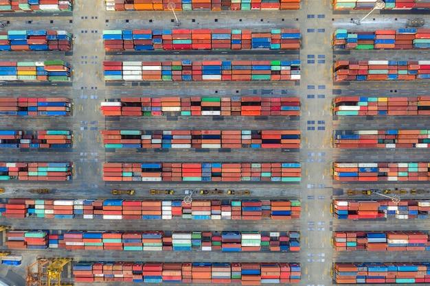 Vue aérienne de dessus cargo porte-conteneurs travaillant