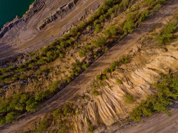 Vue aérienne de dessus du chemin de terre.
