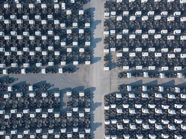Vue aérienne de dessus du parking de la cargaison blanche, alignement des remorques. livraison, logistique.