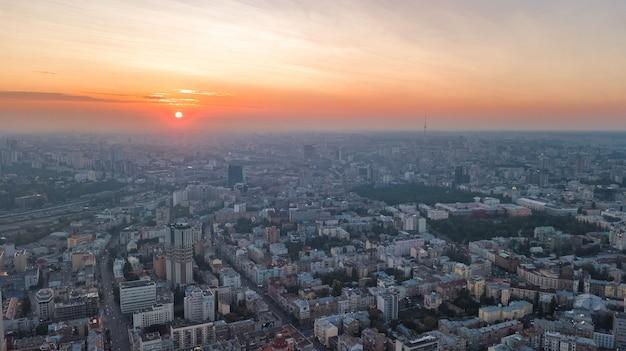 Vue aérienne de dessus du stade et du paysage urbain de kiev sur le coucher du soleil d'en haut, la ville de kiev, ukraine