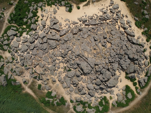 Vue aérienne de dessus de grosses pierres nommées kamyana mohyla, melitopol ukraine