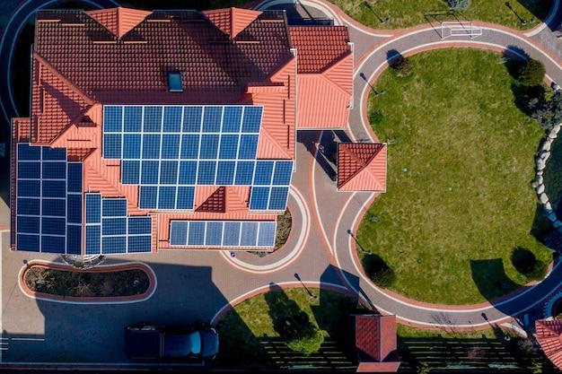Vue aérienne de dessus d'une maison privée avec cour pavée avec pelouse d'herbe verte avec sol en béton.