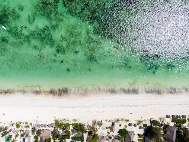 Vue aérienne de dessus de la merveilleuse région de zanzibar en tanzanie, afrique de l'est