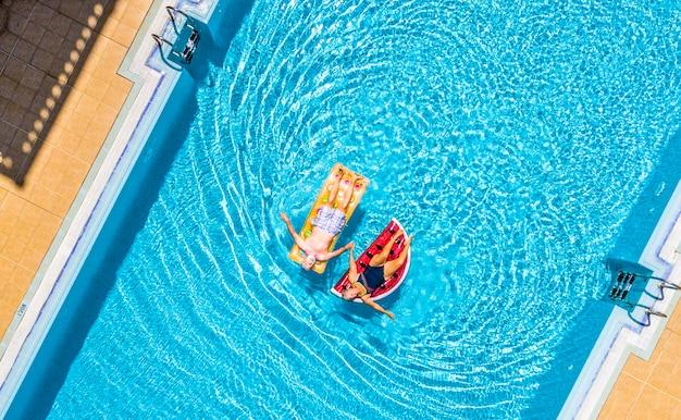 Vue aérienne de dessus de personnes âgées couple de personnes âgées profitant du mode de vie à la retraite s'étendent