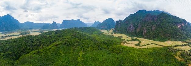 Vue aérienne: destination de routards vang vieng au laos, en asie