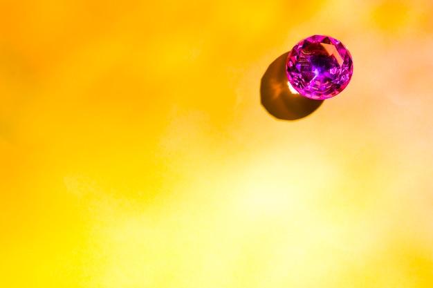 Vue aérienne d'un diamant rubis brillant sur fond jaune