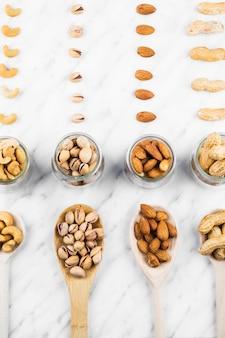 Vue aérienne de divers aliments de noix sur fond de marbre