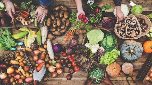Vue aérienne de divers légumes organiques sur table en bois