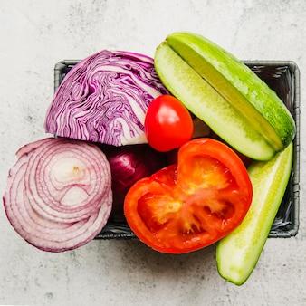 Vue aérienne de divers légumes tranchés dans un conteneur
