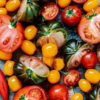 Vue aérienne de diverses tomates fraîches