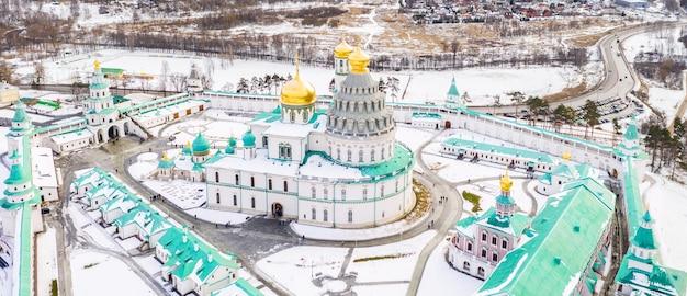 Vue aérienne de drone de la cathédrale de la résurrection du monastère de la nouvelle jérusalem en hiver. région de moscou, istra, russie.