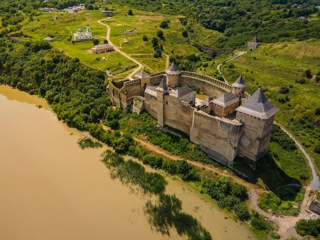 Vue aérienne de drone d'un château médiéval parmi les collines en été