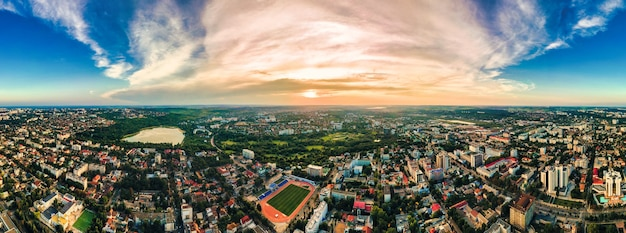 Vue aérienne de drone du centre-ville de chisinau vue panoramique sur plusieurs routes de bâtiments