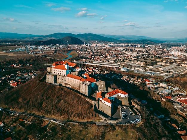 Vue aérienne de drone du château médiéval de palanok dans la ville de moukatchevo dans l'ouest de l'ukraine
