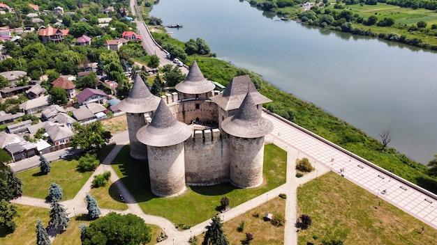 Vue aérienne de drone du fort de soroca en moldavie. parc, immeubles résidentiels et rivière à proximité
