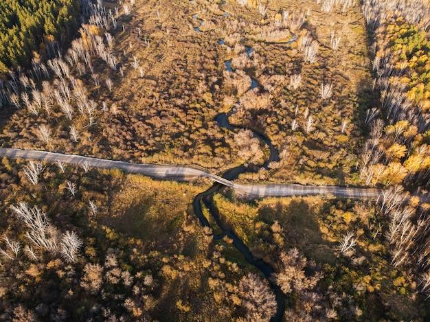 Vue aérienne de drone du paysage d'automne avec rivière