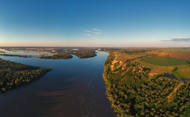 Vue aérienne de drone du paysage fluvial en été ensoleillé vue de dessus du coucher de soleil sur la rivière sibérienne ob de haut ...