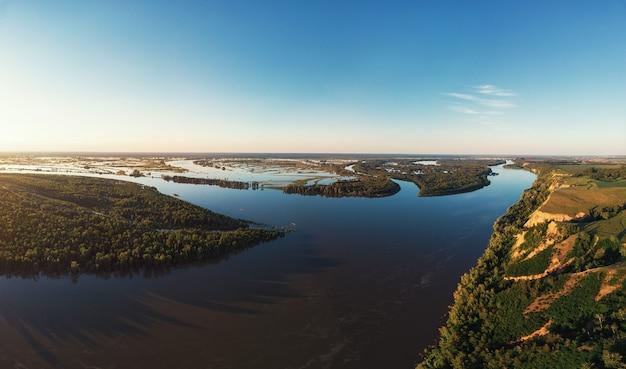 Vue aérienne de drone du paysage fluvial en soirée d'été ensoleillée