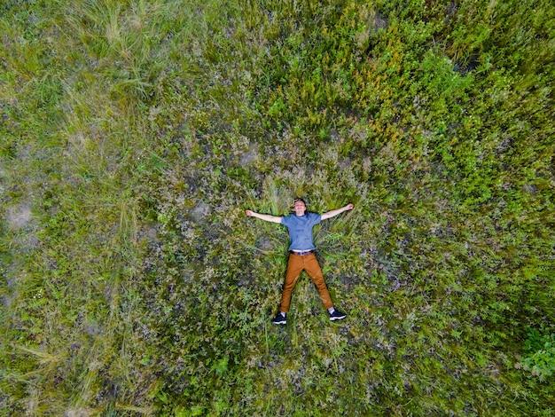 Vue aérienne d'un drone d'un homme dans les hautes herbes