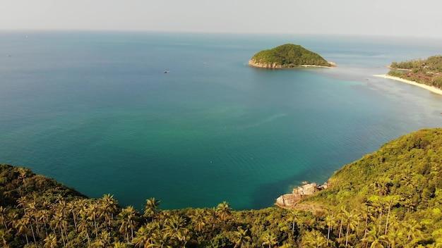 Vue aérienne de drone, l'île de koh ma, ko phangan, été en thaïlande. cocotiers exotiques d'en haut.