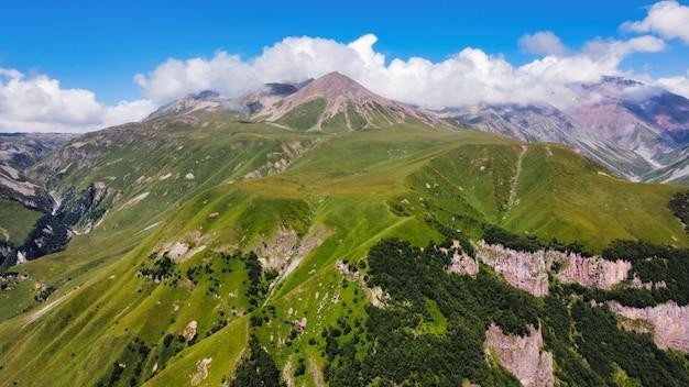 Vue aérienne de drone de la nature en géorgie. montagnes du caucase, verdure, vallées, nuages luxuriants