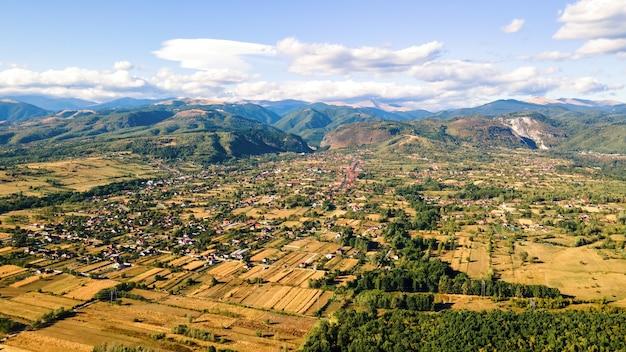 Vue aérienne de drone de la nature en roumanie. montagnes des carpates, avec un village, verdure