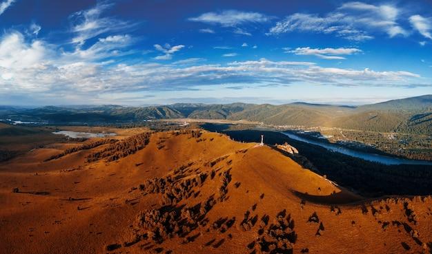Vue aérienne de drone panoramique d'automne de l'aube de la beauté sur le sommet, dans les montagnes d'altay, l'été