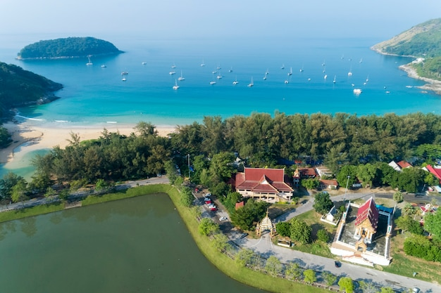 Vue aérienne de drone de la plage de nai harn belle plage de phuket en thaïlande
