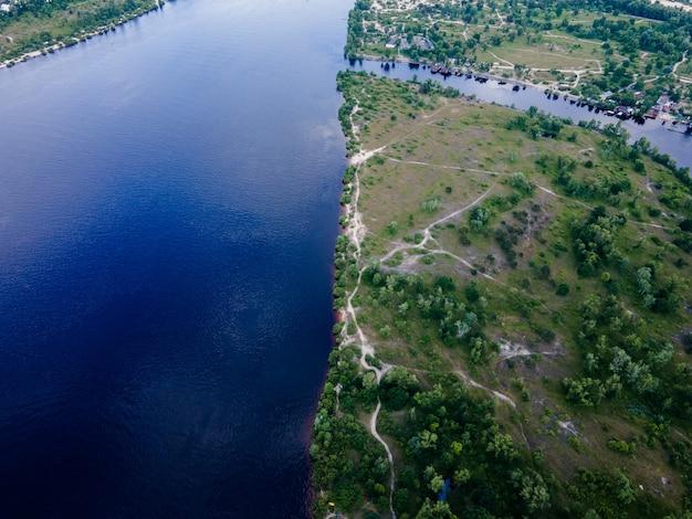 Vue Aérienne D'un Drone Sur Une Rivière Fraîche Parmi Un Pré Vert En été Photo Premium